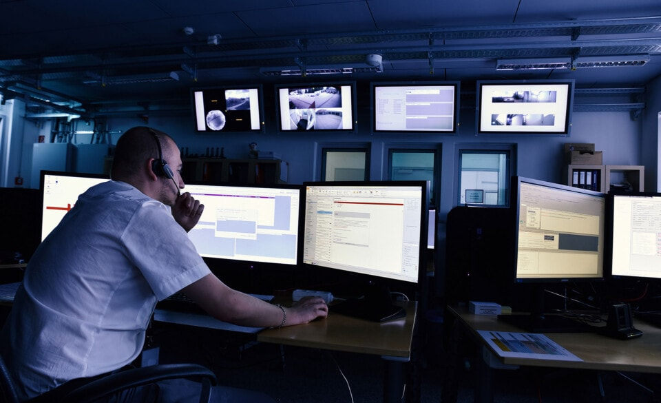 Hel-Wacht Mitarbeiter in Alarmzentrale